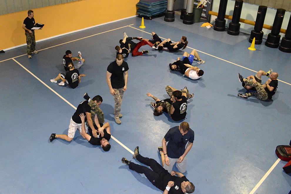 Lotta a terra con tecniche di autodifesa e bjj - brazilian jiu jitsu