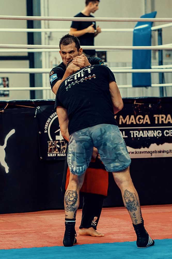 Knee striking workout of Wesley Gimenez from Krav Maga Caveira