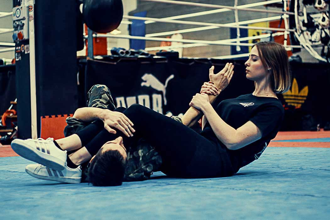 Krav Maga Training girl doing the armbar on the ground | FOTO | PHOTOS